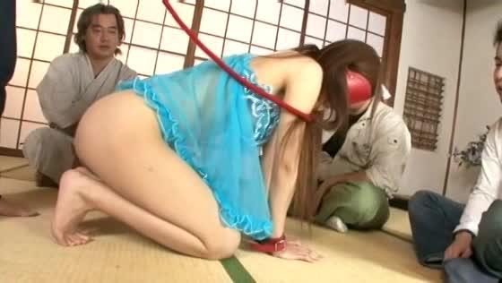 目隠しし首輪を付けたギャル。手マンや電マで丸出しのマンコを弄り回す輪姦SM調教!